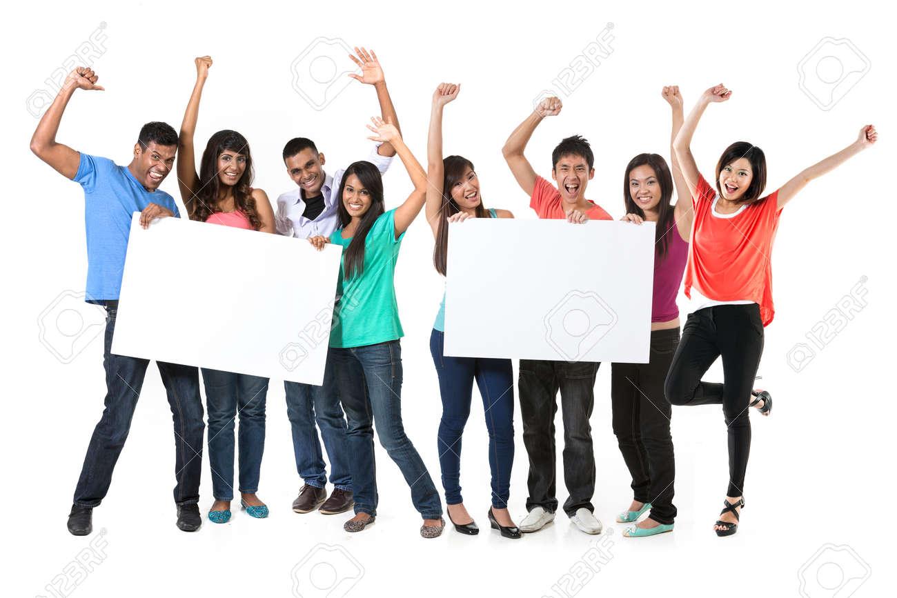 Deux groupe de personnes asiatiques tenant une grande bannière pour votre message. Équipes indiennes et chinoises brandissant des pancartes et célébrant de bonnes nouvelles. Isolé sur fond blanc. Banque d'images - 29578938