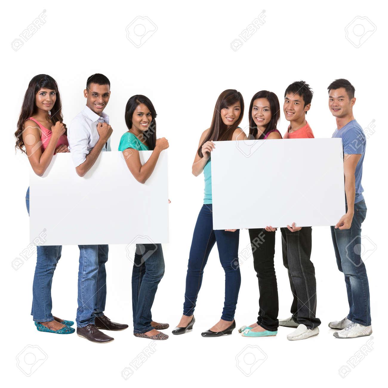 Deux Groupe de personnes asiatiques tenant une grande bannière pour votre message. Isolé sur fond blanc. Équipes indiennes et chinoises brandissant des pancartes. Banque d'images - 29578957