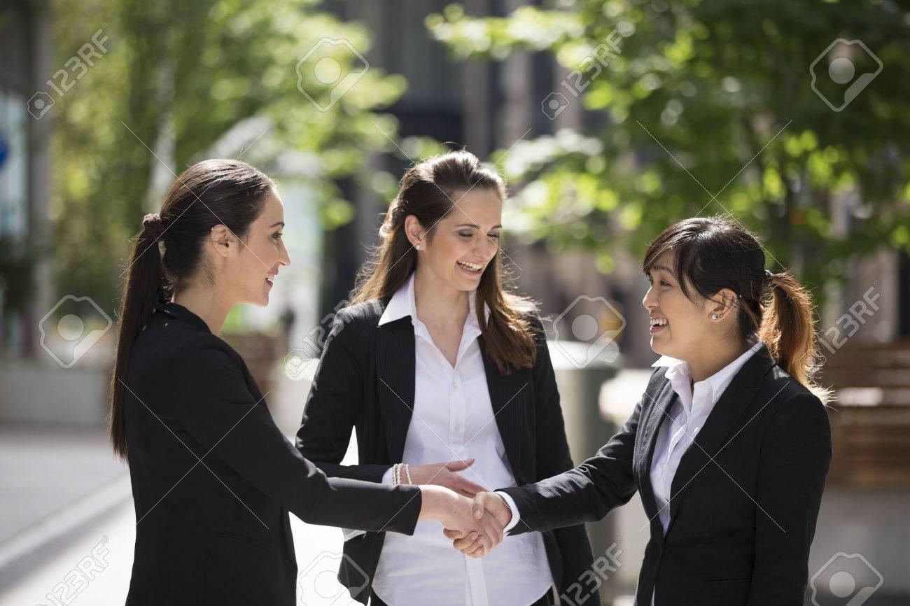 Les femmes d'affaires de race blanche serrant la main. concept d'affaires. Banque d'images - 31879900