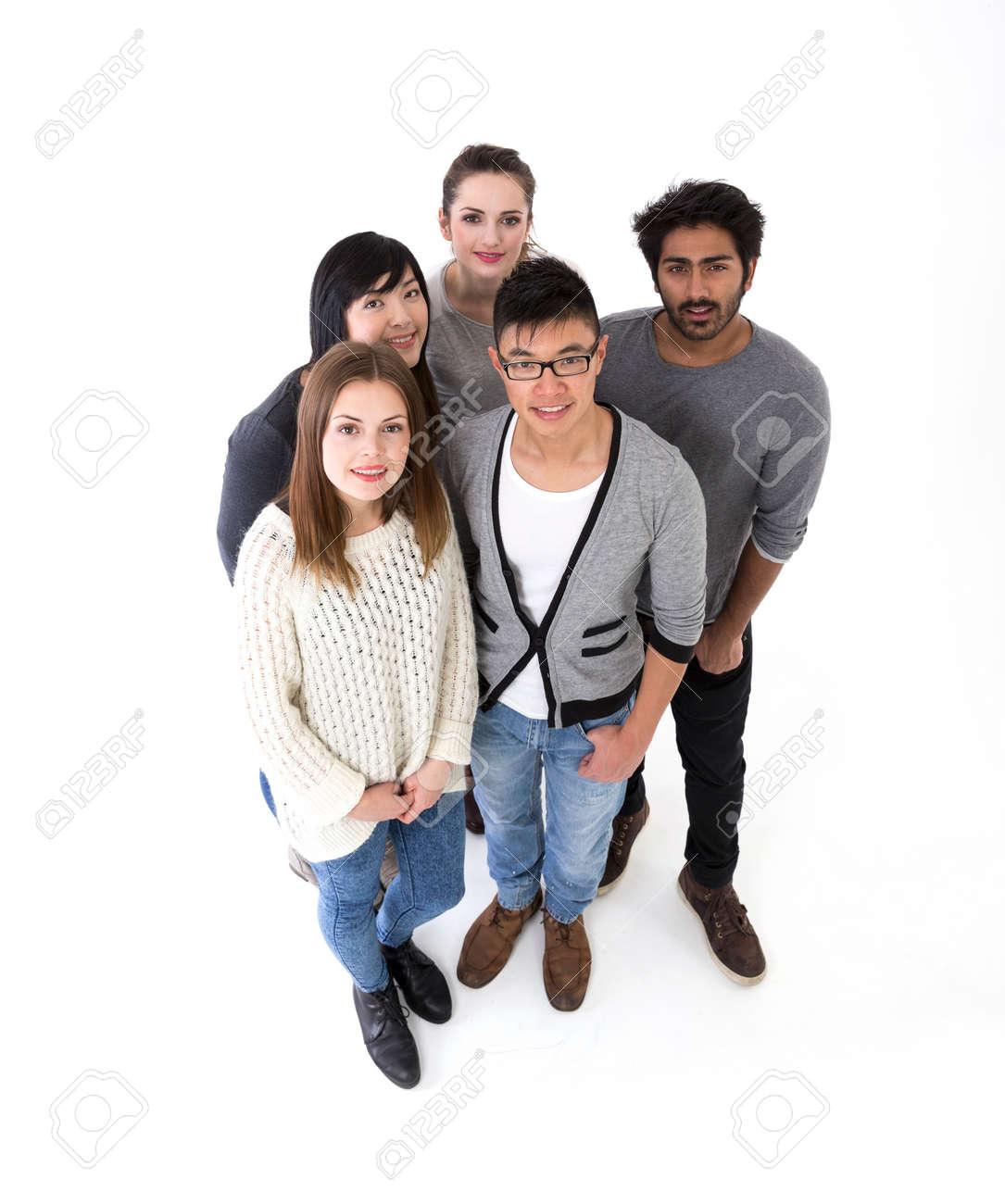 vue de haut d'un groupe d'amis heureux. Groupe mixte de course. Isolé sur un fond blanc. Banque d'images - 37308686