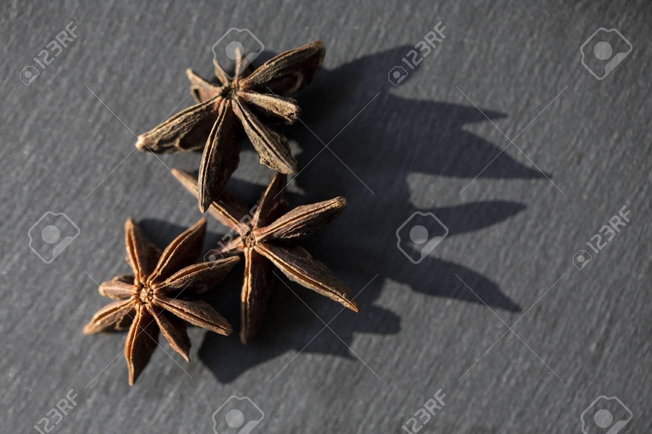 Trois Fleurs D Anis Etoile Assis Sur Ardoise Noire Banque D Images