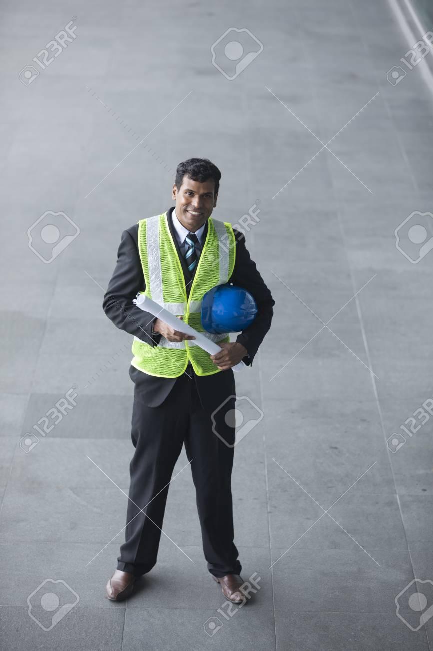 Erhöhte Ansicht Eines Männlichen Indischen Industrie-Ingenieur Bei ...