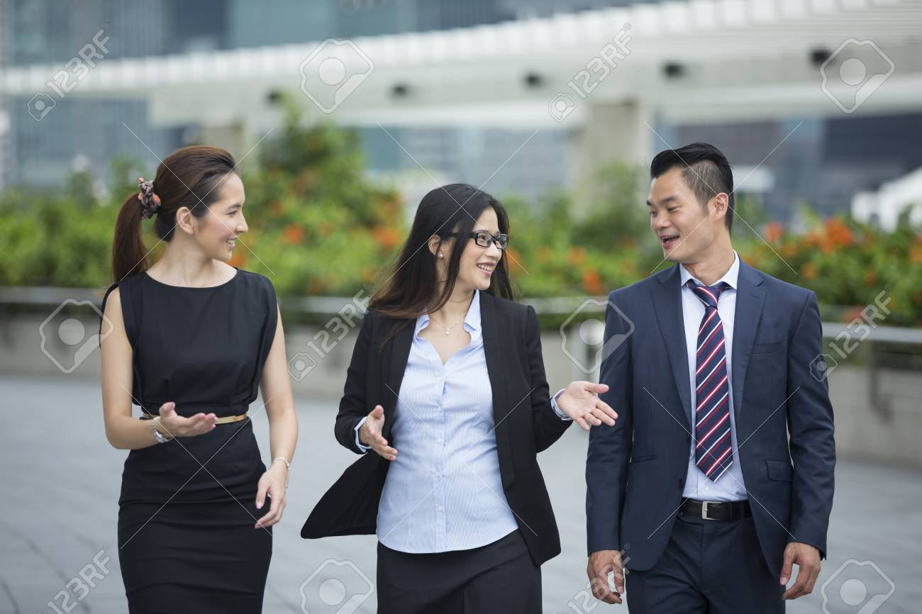 Joyeux Collegues Des Entreprises Chinoises Qui Marchent En Dehors Du