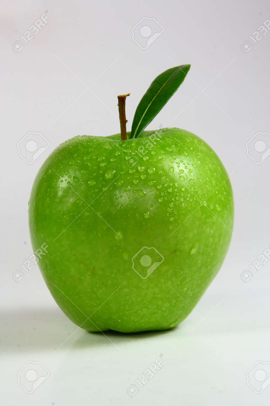 fresh green apple with green leaf Stock Photo - 4814885