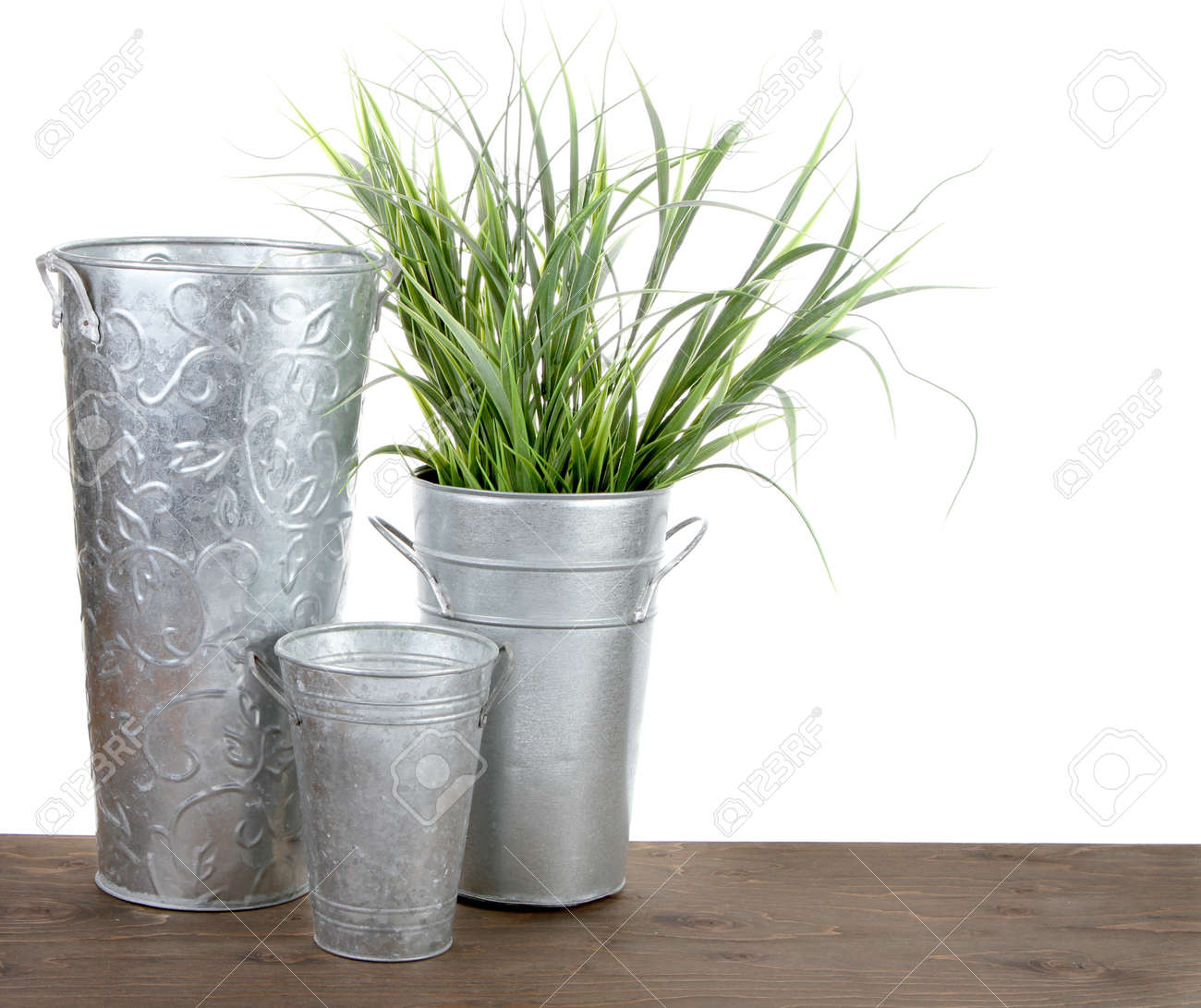 Metall Garten Container Mit Gras Auf Weißem Hintergrund Lizenzfreie