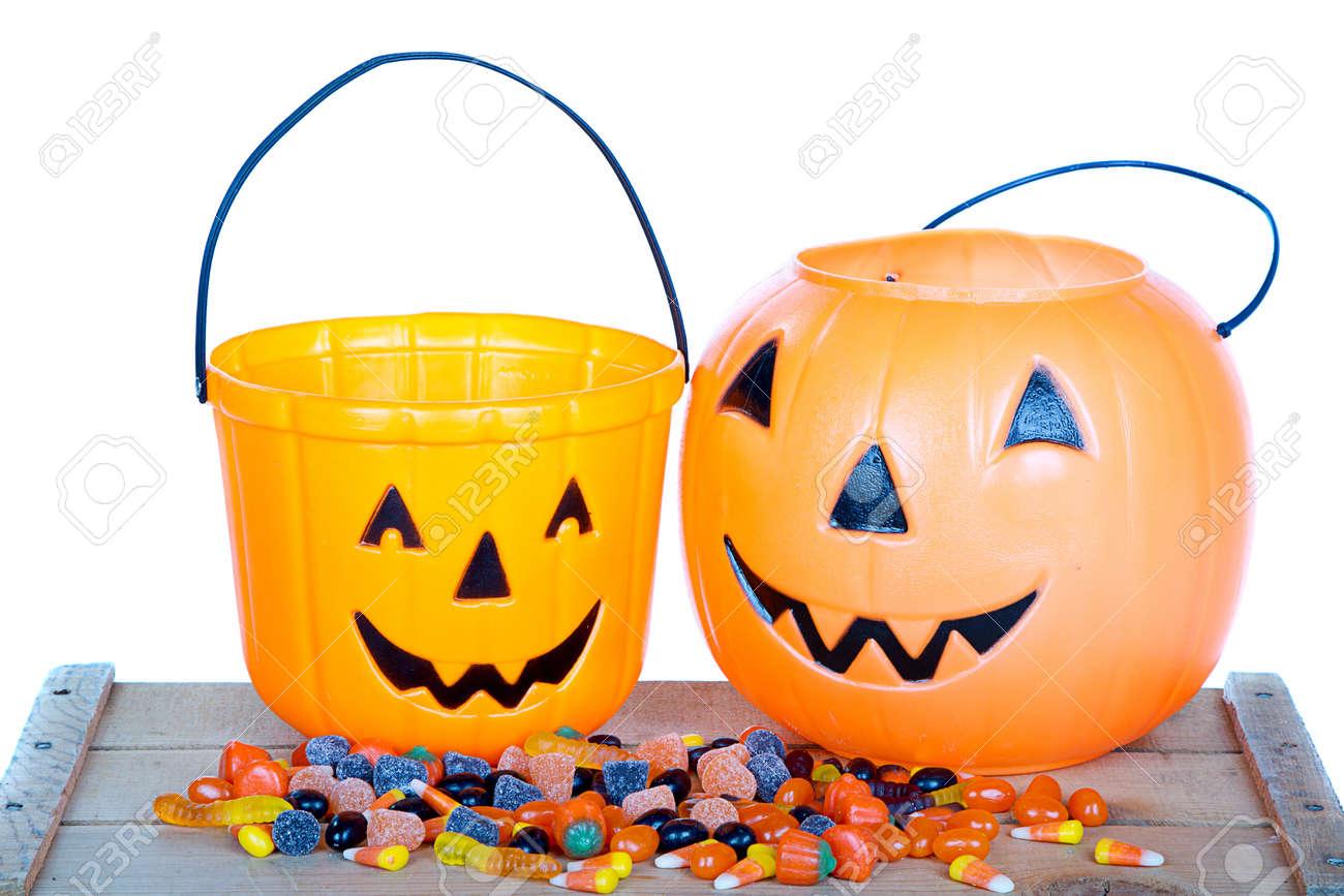 Halloween Snoep.Halloween Snoep En Pompoen Emmer Op Houten Plank Geisoleerde Witte Achtergrond