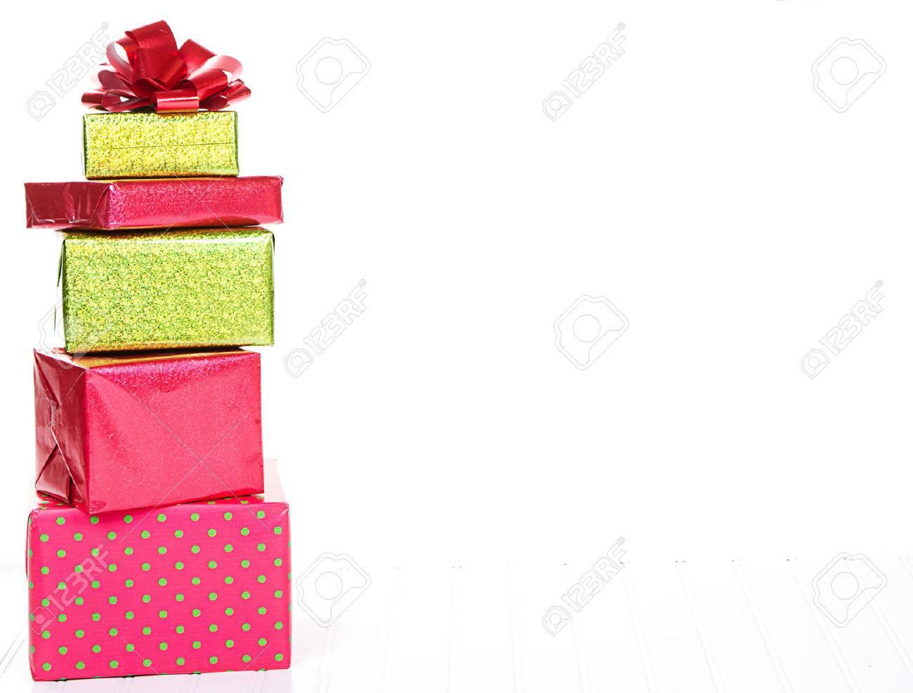 Rote Und Grüne Weihnachten Geschenke Mit Einem Isolierten Weißen ...