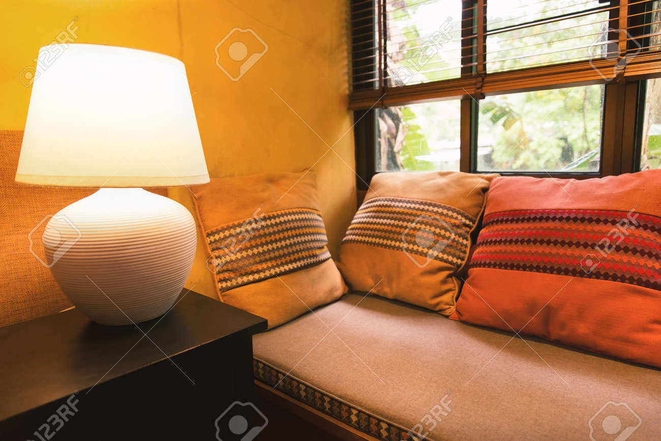 Angolo Del Letto : Rilassi langolo della casa gialla del muro con i cuscini variopinti