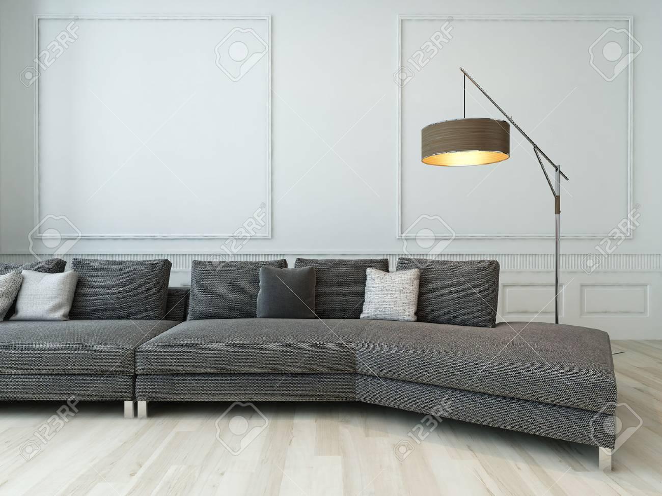 Gris debout canapé devant un mur blanc de style baroque avec lampadaire