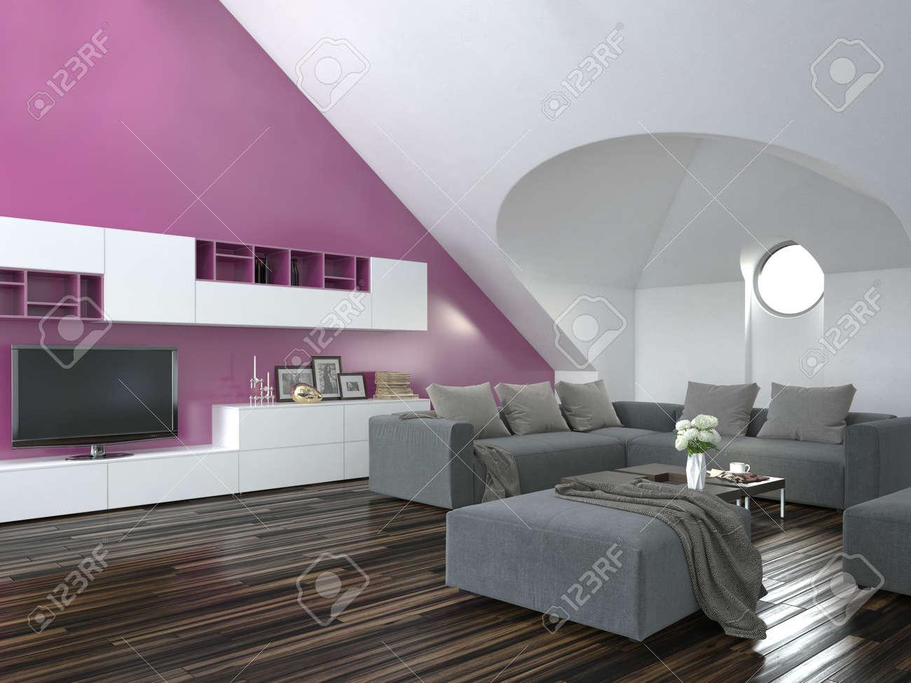 Moderne loft wohnzimmer interieur mit einer schrägen decke und lila akzent wand mit einer