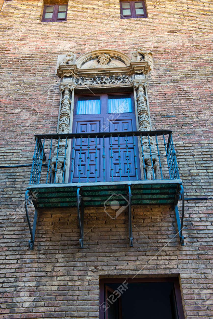 Marvelous Aufnahme Von Unten Von Balkon Mit Verziertem Geländer Und Tür Auf Äußeres  Der Ziegelstein Gebäude