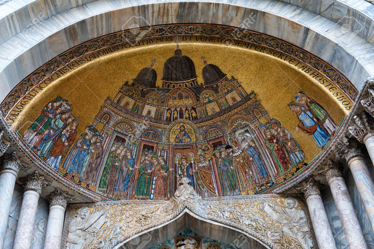 Mosaico De Entrada Por Encima De La Basilica De San Marcos En Venecia Italia