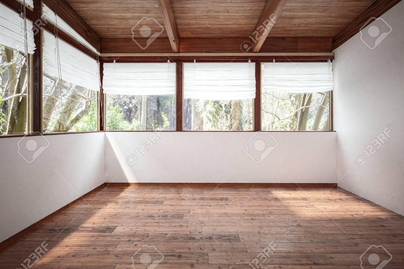 Leerer Raum Mit Weißen Wänden, Holzboden Und Decke Mit Balken, Mit ...