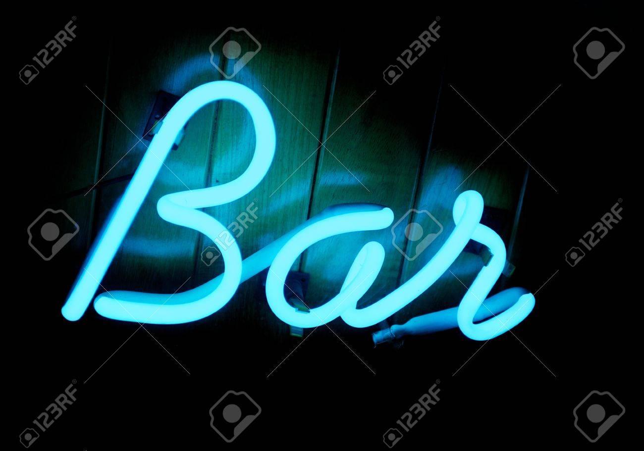 Neon A Accrocher Au Mur un indicateur lumineux bleu froid barre de néon sur un mur lambrissé de  bois de teck