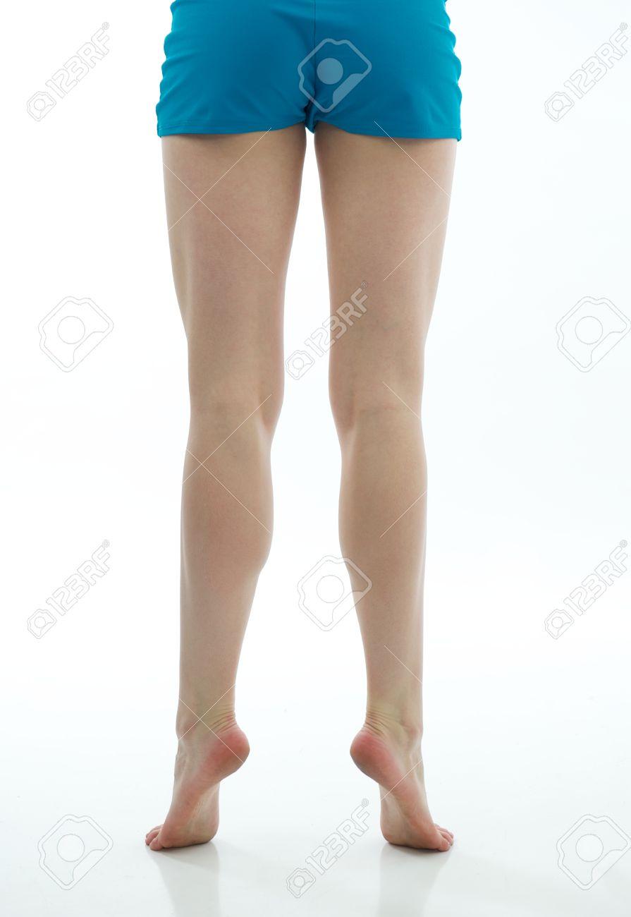 69ee8eac0 Las piernas de bailarina muestran su desarrollo tonificado y musculoso,  mientras que la niña se encuentra en sus puntas de los dedos de los pies.