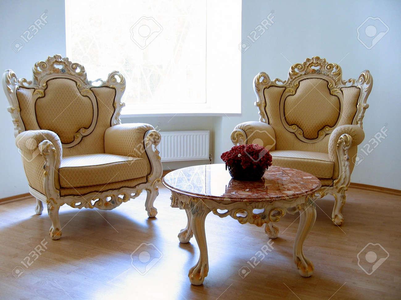 Zwei Antike Stuhle Und Tisch Marmor Lizenzfreie Fotos Bilder Und Stock Fotografie Image 369826
