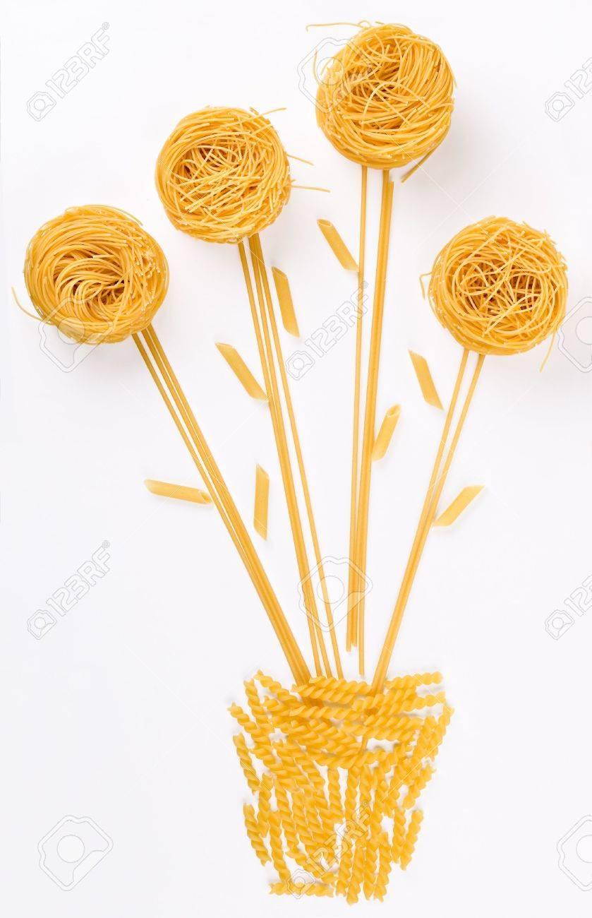 Une Fleur Dans Un Pot De Composition De Pates Et Spaghettis Banque