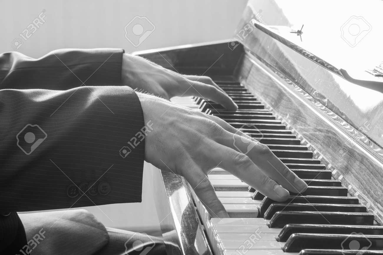 Préférence Les Mains De L'homme Jouant Le Piano. Noir Et Blanc Banque D  HL84