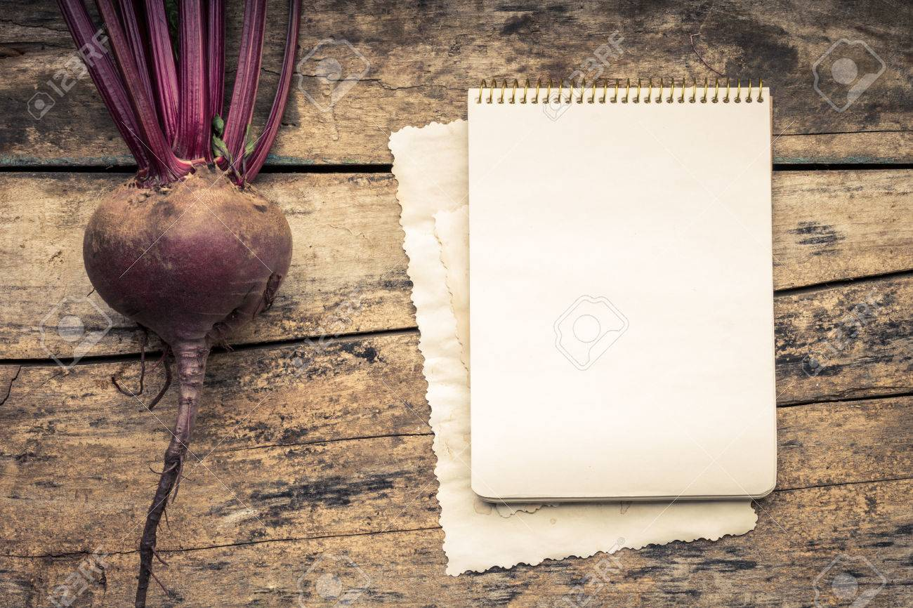 Color Cálido Tonificado Serie De Verduras Con Libro De Recetas En La Mesa De Madera Viejo Fondo De Madera Fondo Del Menú Remolacha Roja