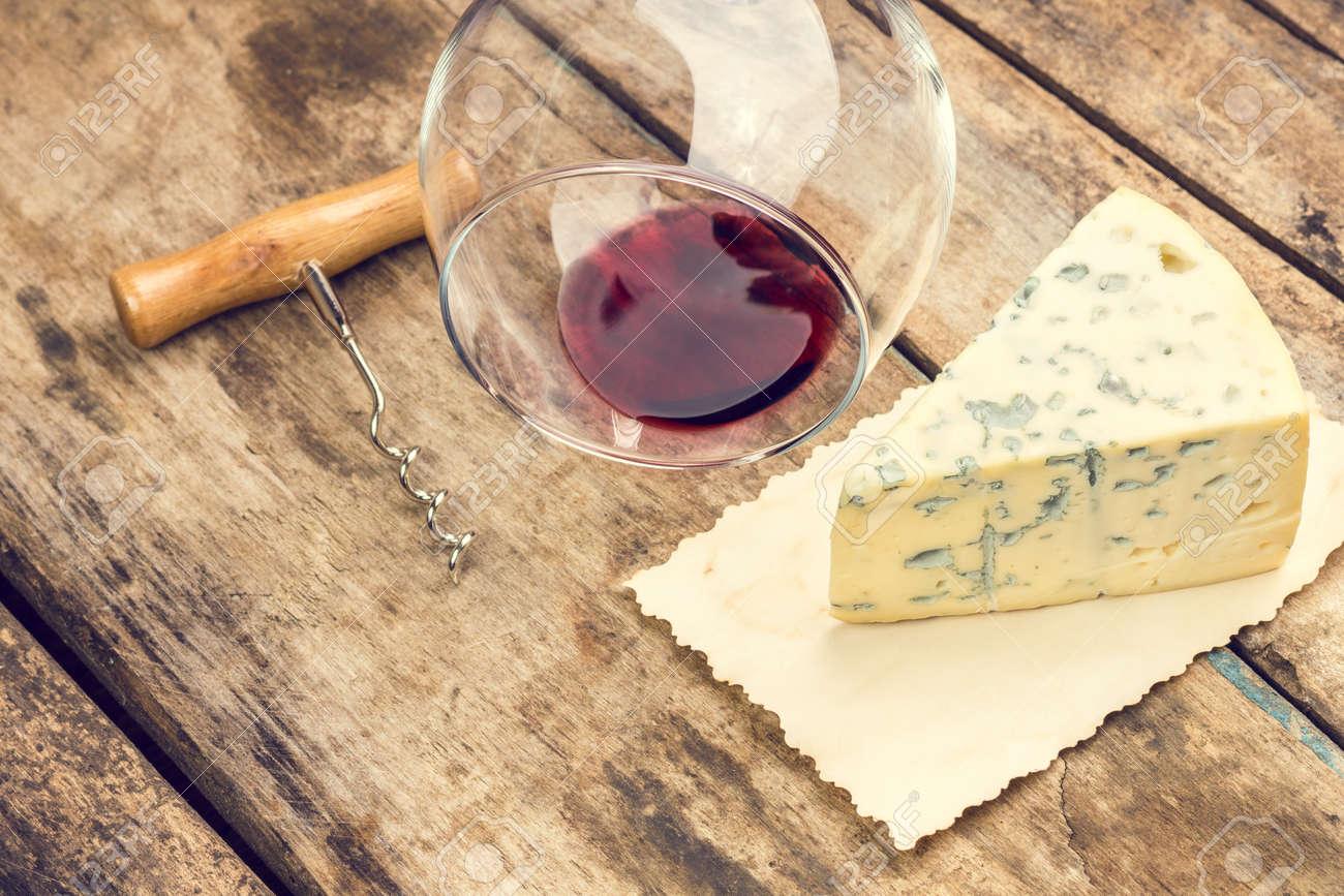Blauschimmelkäse Auf Holz Hintergrund Art Schimmelkäse Mit Weinglas