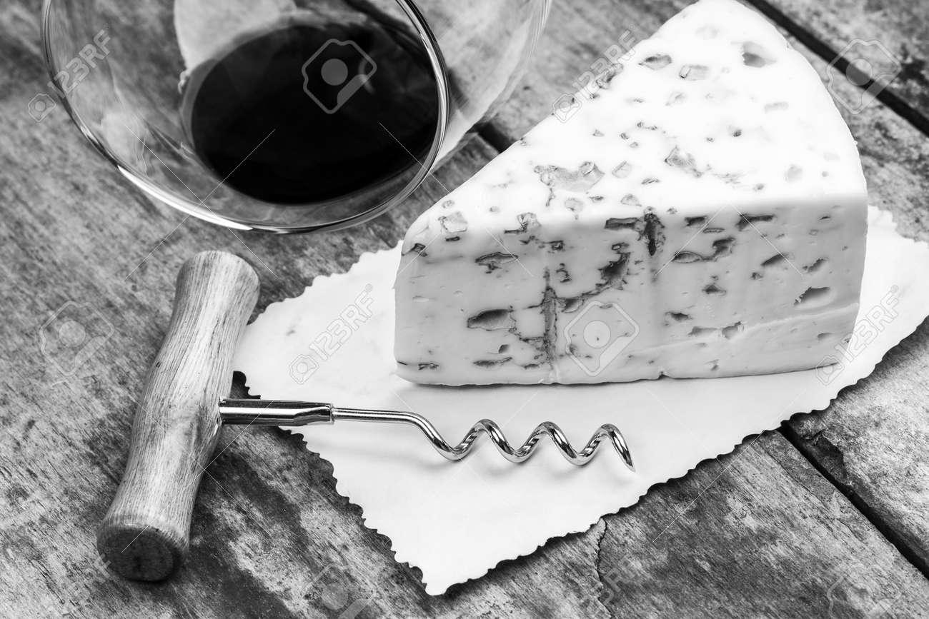 Schimmelkäse Korkenzieher Und Weinglas Schwarzweiss Bild Wein Und
