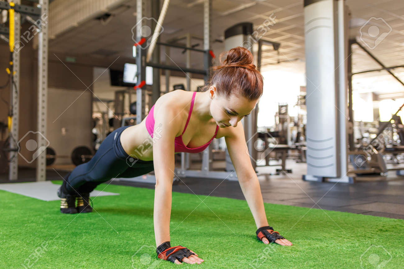 Young athletic woman doing core exercise in the gym. Crossfit fitness woman background - 59477885