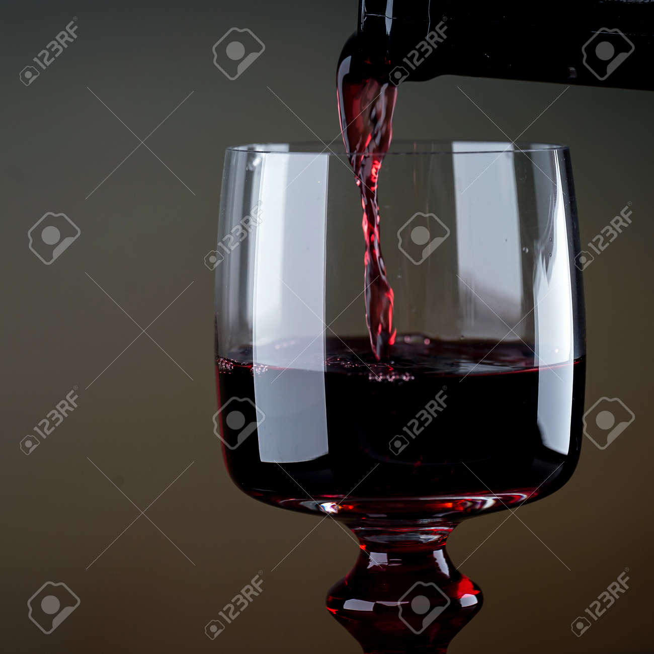 Cropped view sommelier pouring red wine from bottle into glass - 142549806