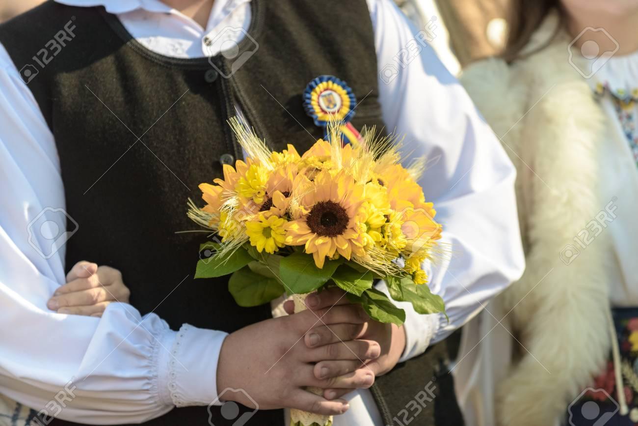 Brautstrauss Mit Sonnenblumen Gelbe Chrysanthemen Und Grune Blatter