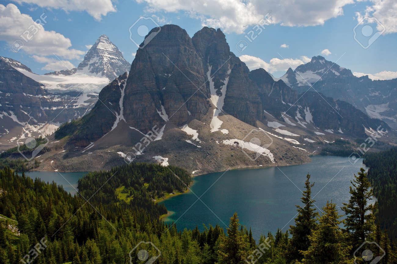 où suis -je - ajonc - 28 avcril 2016 trouvé par Jovany 11617176-Le-Mont-Assiniboine-dans-les-montagnes-Rocheuses-du-Canada-en-Colombie-Britannique-Canada-Banque-d'images