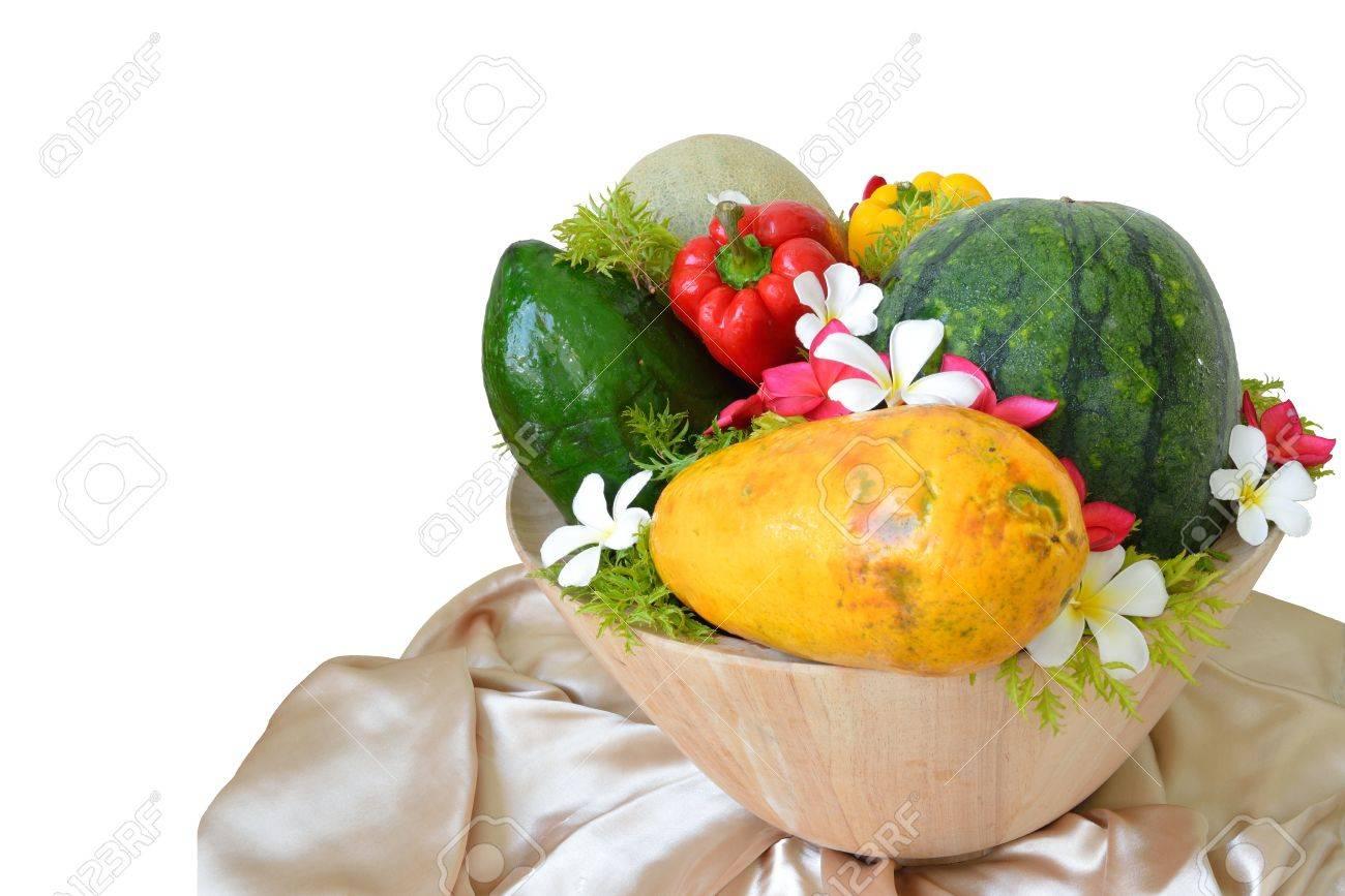 Decoratie Fruit Met Bloemen En Groenten In De Houten Kom En Geisoleerd Op Witte Achtergrond Royalty Vrije Foto Plaatjes Beelden En Stock Fotografie Image 13869735