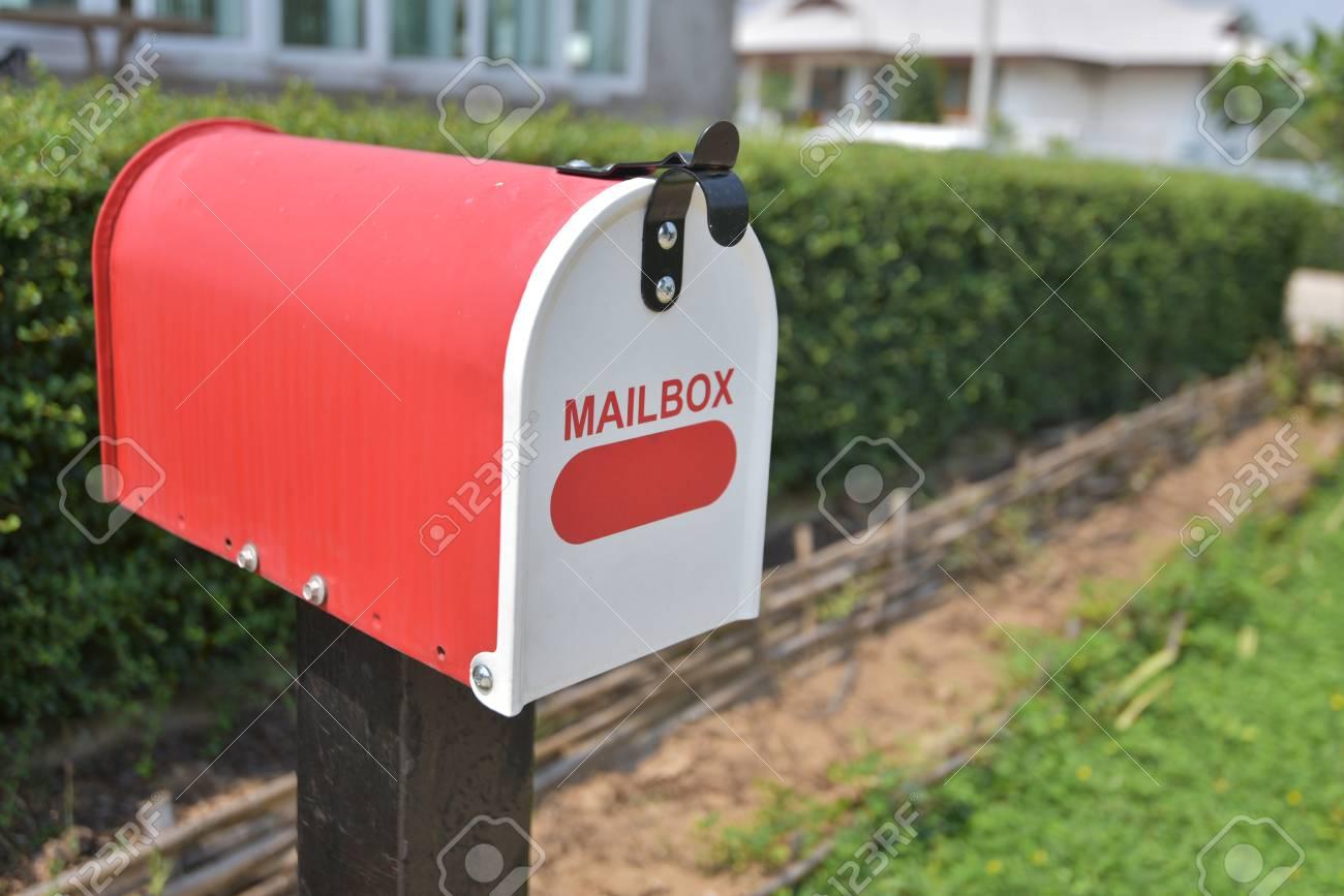 Bureau à domicile rouge métal boîte aux lettres dans le jardin
