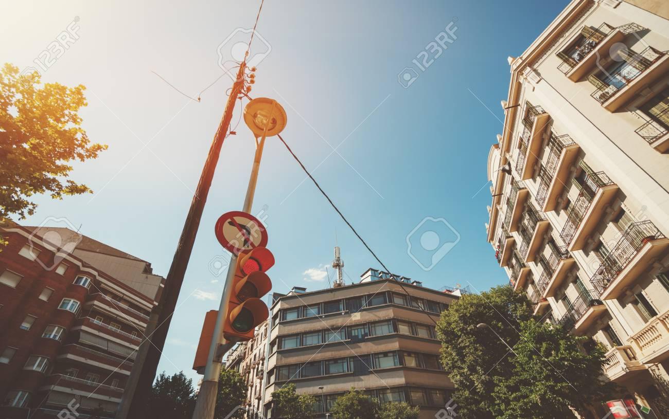 Grand Angle De Vue Du Feu Rouge Et Du Poteau électrique Au Carrefour Entouré De Maisons Résidentielles Beiges Et Rouges Journée D été Ensoleillée à