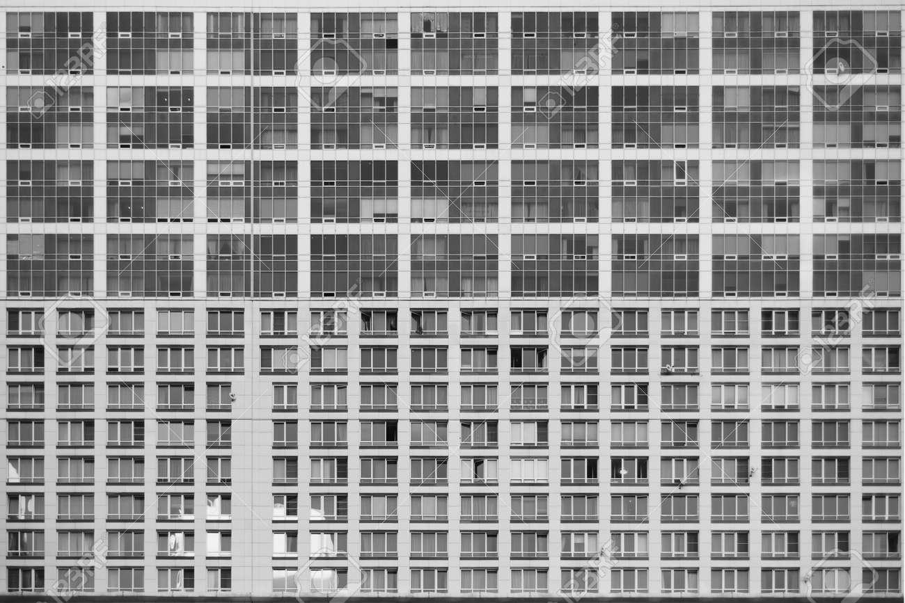 Standard Bild   Textur Der Fassade Der Zeitgenössischen Wohn Oder  Business Wolkenkratzer Gebäude Mit Mehreren Regelmäßigen Fenster In Moskau,  Russland, ...