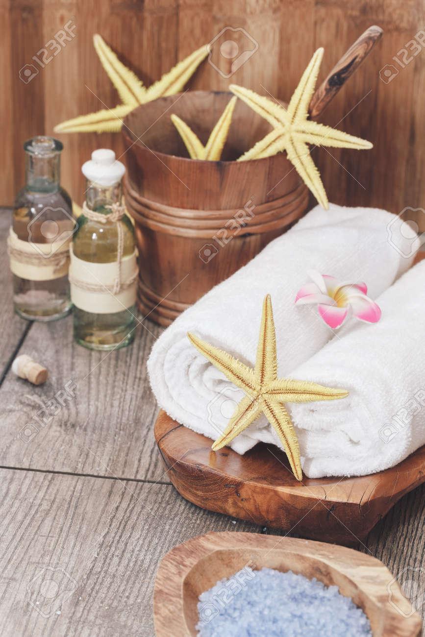 Spa de la mer toujours la vie  Spa nature morte avec du sel marin, des  huiles essentielles et des étoiles de mer  Mise au point sélective macro  avec