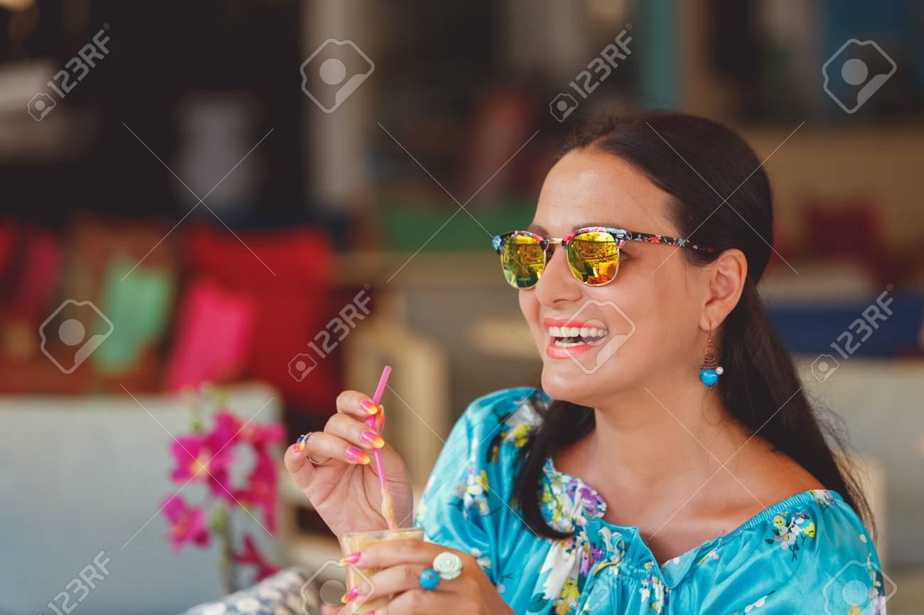 Il Stock Sole Immagini Elegante Occhiali Gli Godendo Con Donna Da dCxeQrBoW