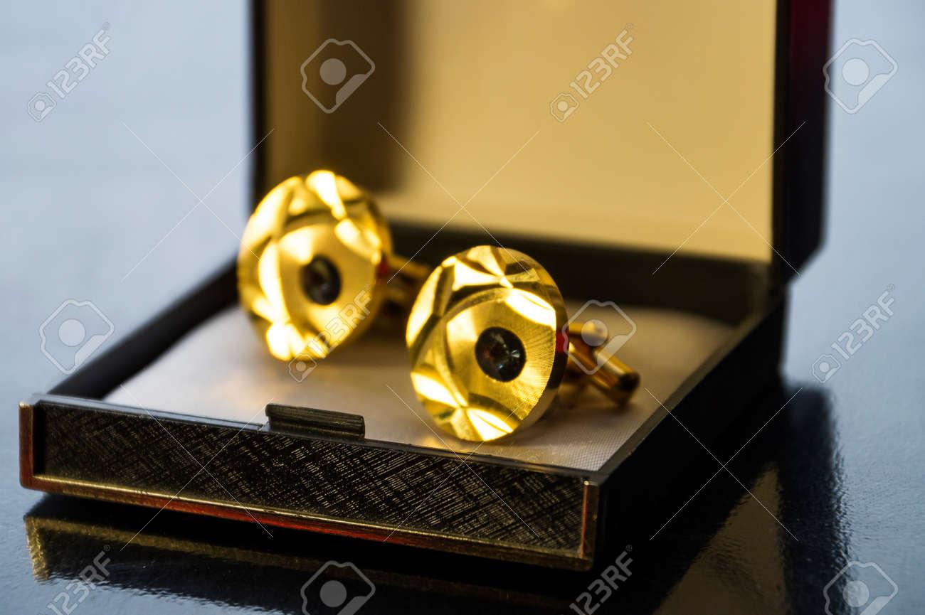Accessoires de mode pour hommes: boîte noire avec boutons de manchette et épingle à cravate