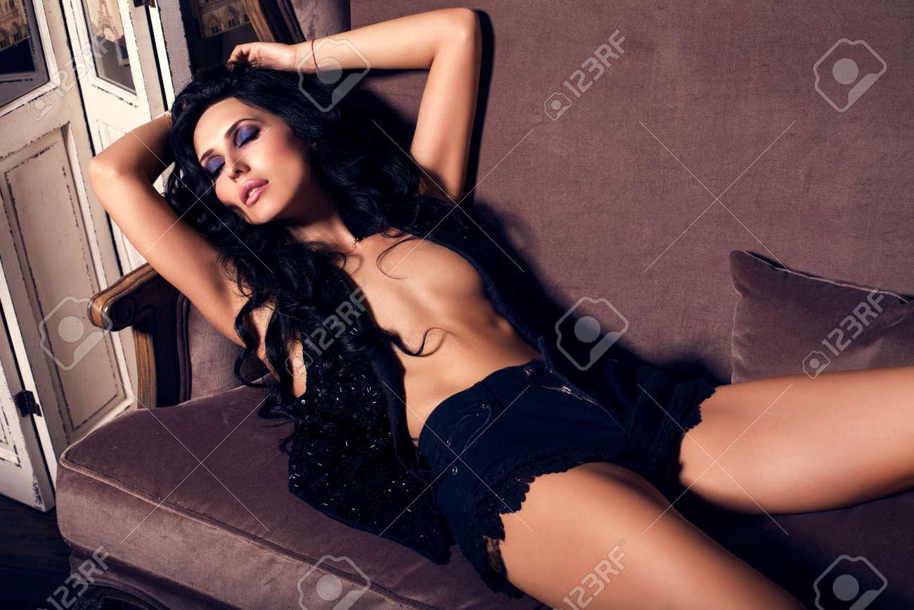 foto di moda della donna sexy glamour con lunghi capelli neri ... - Donne In Camera Da Letto