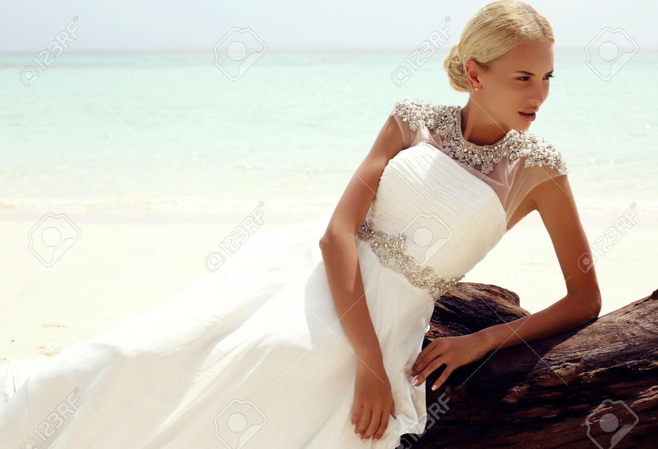 Mode-Foto Der Reizvollen Schönen Frau Mit Blonden Haaren In Einem ...