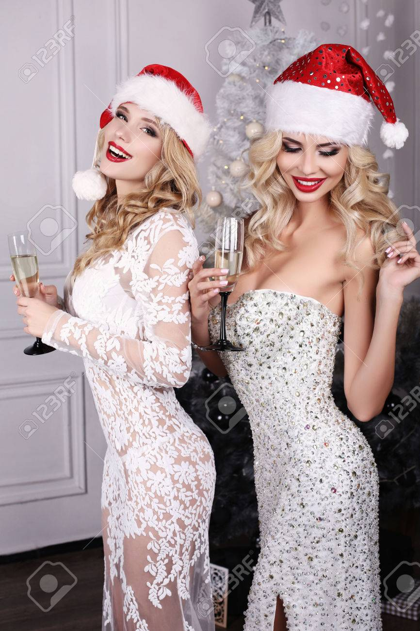 Mode Innenraum Foto Von Schönen Sexy Girls Mit Blonden Haaren Tragen ...