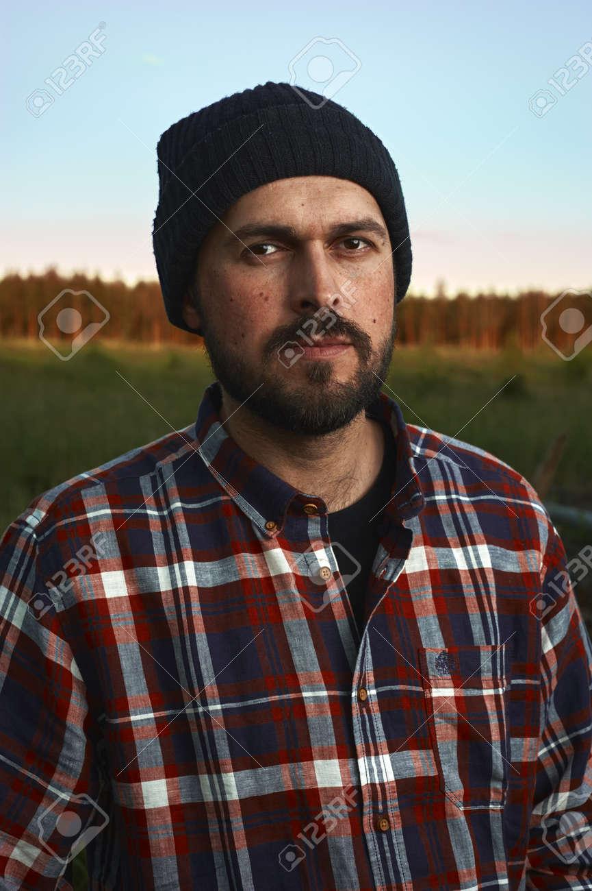 Foto de archivo - Retrato de la barba de leñador con el sombrero en un campo 0d2c6fe203c