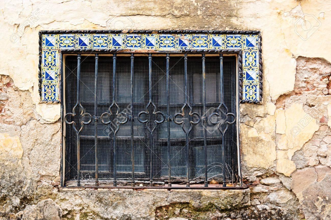 Fenêtre de vieille maison en Andalousie avec des tuiles de style mauresque  Banque d\u0027images
