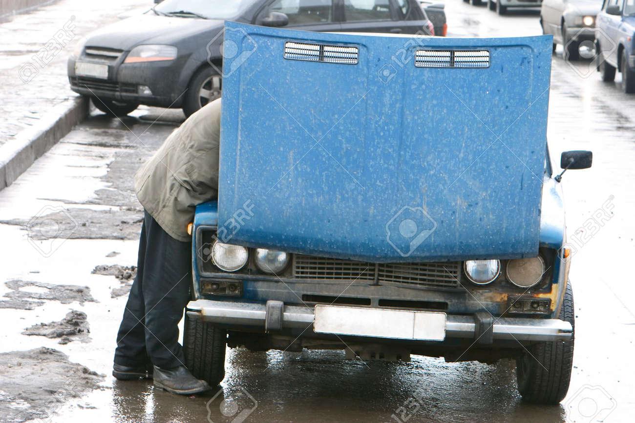 Mann Reparatur Alter Autos Auf Der Straße Lizenzfreie Fotos, Bilder ...