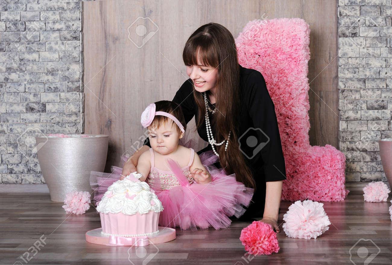 Feliz Madre E Hija Celebra El Primer Cumpleaños Madre Enseñan Niña