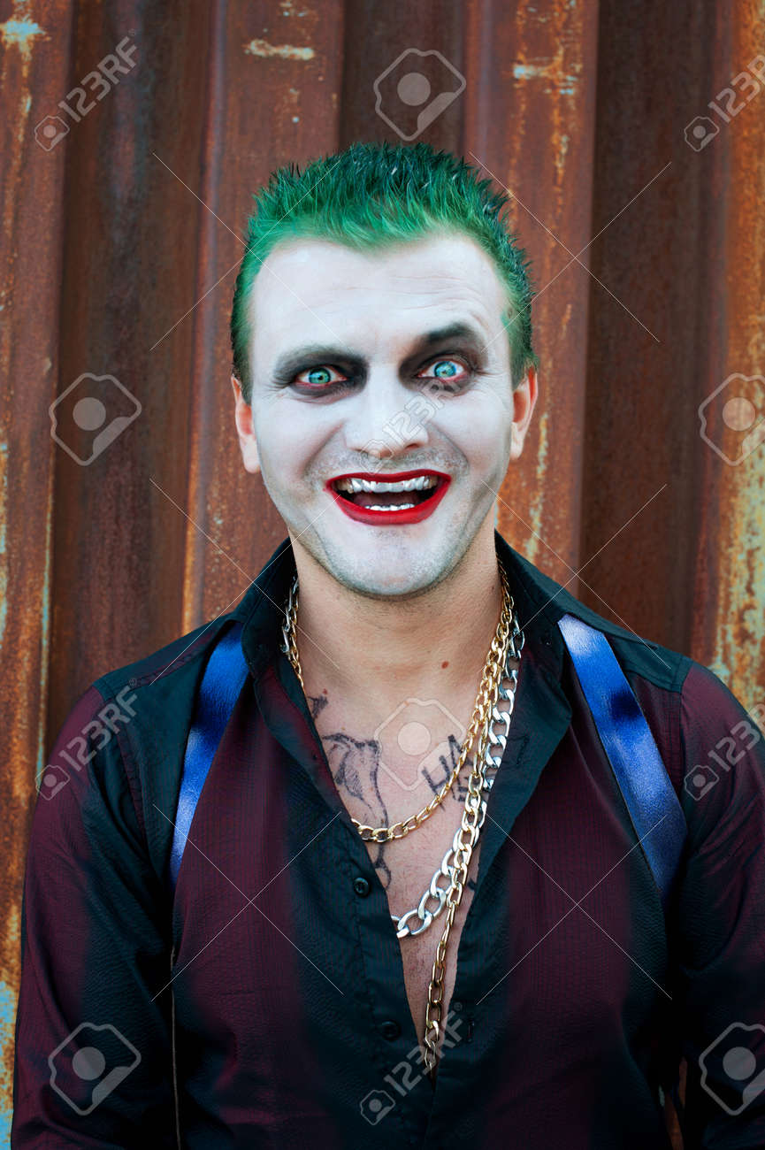 cosplayer mann in joker kostum standard bild 61175880
