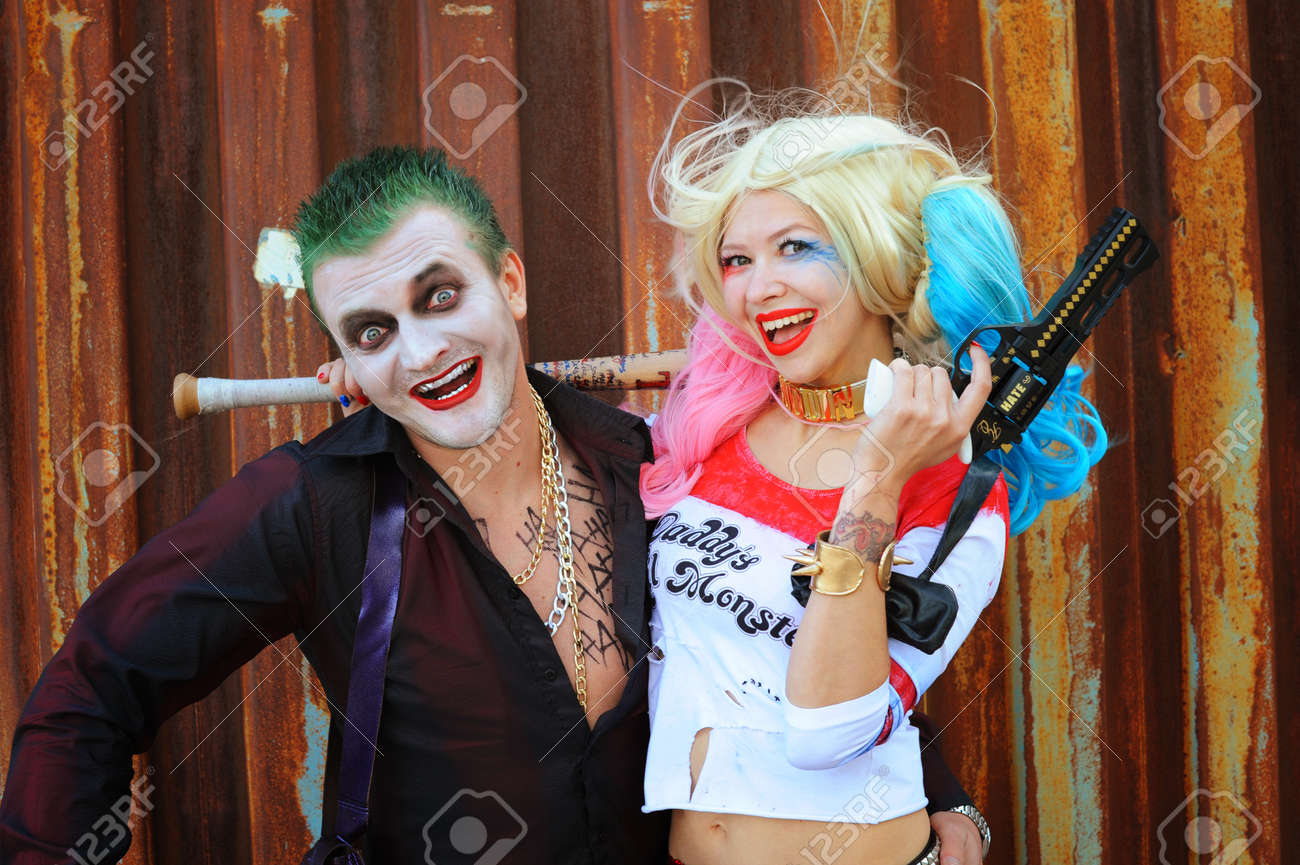 cosplayer madchen in harley quinn kostum und cosplayer mann in joker kostum standard bild