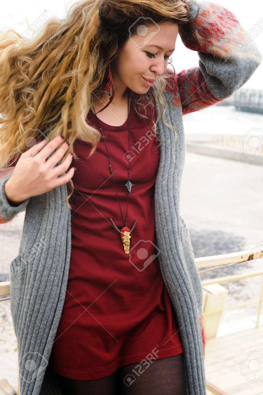 Lange Haare des Schönheits-Porträts, kurzes dunkelrotes Kleid und grauer  Jersey. Indie- 849c49c515