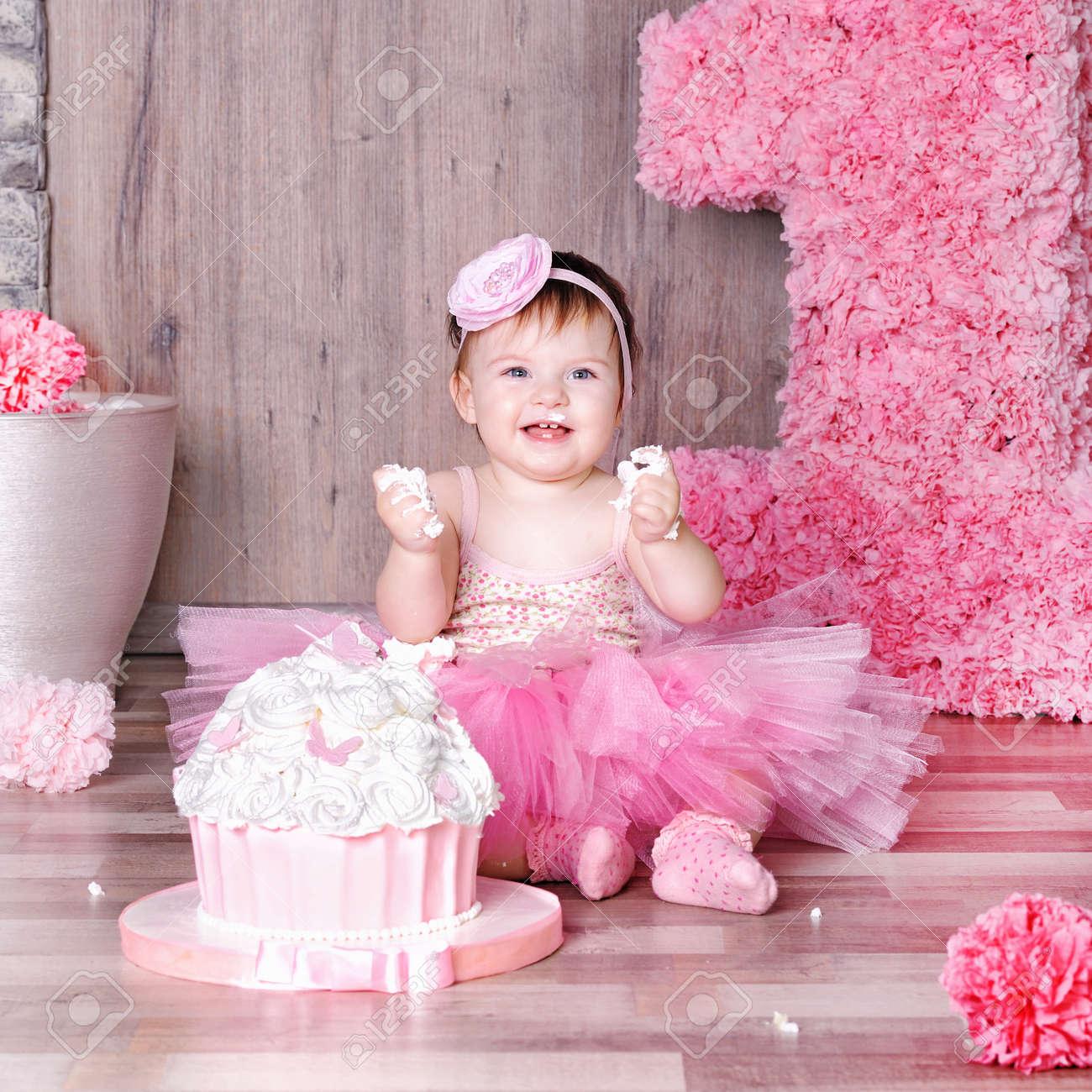 Fille De Bébé De 1 An En Robe Rose Avec Son Premier Gâteau Danniversaire Carte De Joyeux Anniversaire