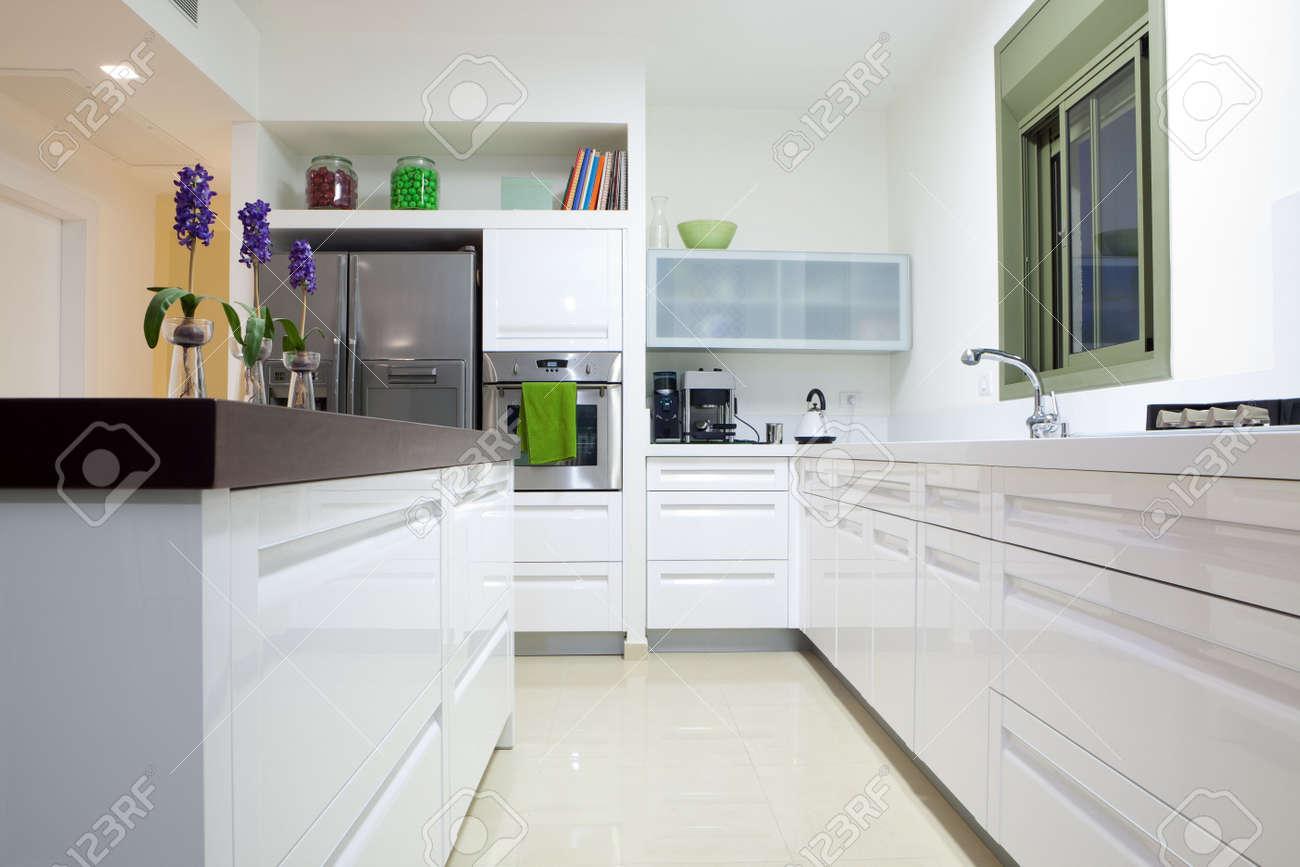Moderne design keuken met wit en hout elementen royalty vrije foto ...