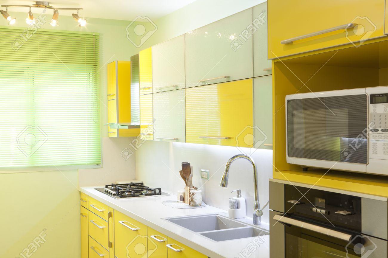 Modern design keuken met gele en groene elementen royalty vrije ...