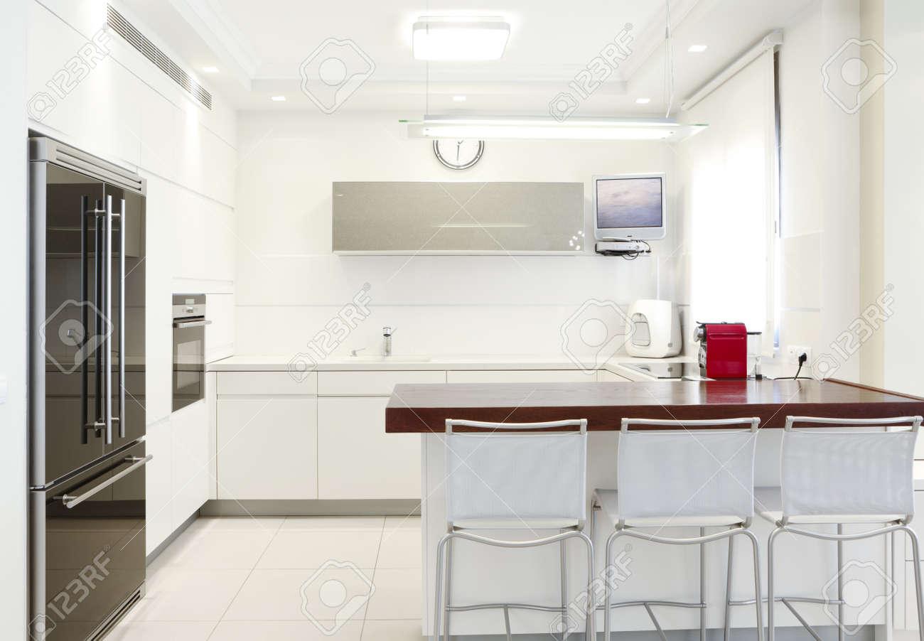 Cucina Design moderno con elementi bianchi Nota per recensore: immagine  originale in schermo TV è stato sostituito da una delle mie immagini.